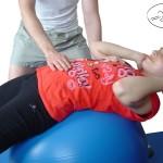 Ćwiczenie na mięśnie brzucha na piłce szwajcarskiej.