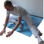 Rozciąganie mięśni przywodzicieli uda - wersja łatwiejsza.