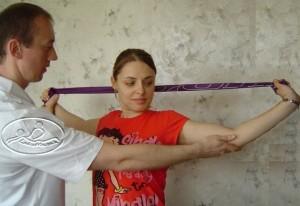 Ćwiczenie wzmacniające z taśmą elastyczną.